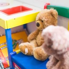 Kinderecke im Wartezimmer mit Teddybären